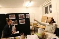 Deltager peger på billeder fra vores feltarbejde i forklaring af hans designforslag.
