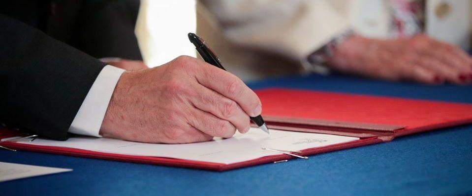 Le premier ministre Jean Castex, signant les accords avec les organisations hospitalières (Photo : Matignon).