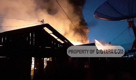 Api membakar sebanyak 30 rumah di kawasan permukiman di Kelurahan Aek Habil, Kota Sibolga, Sumatera Utara, Kamis 23 Januari 2020 (putma/digtara)