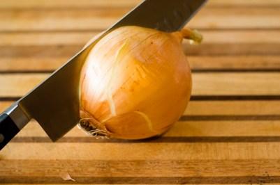 Descasque a cebola próximo ao fogão e deixe o fogo ligado. Isso vai diminuir suas lágrimas!