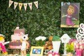 A festa Masha e o Urso foi inspirada num bosque, como do desenho animado, com um tom rústico.