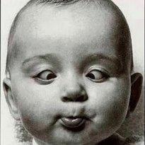 Olhar vesgo: Você fica fitando e namorando o bebê e, de repente, o olhar dele fica todo estrábico. Isso é absolutamente normal, visto que recém-nascido só enxergam contrastes e vultos, por causa da imaturidade do sistema ocular. Só depois de alguns meses é que se pode dizer que o bebê enxerga de verdade. Até lá, acostume-se com as envesgadas.