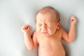 Espirros: Bebês espirram muito. Eles passaram 9 meses sem sentir cheiros, e agora todo estímulo olfativo é muito forte. Até mesmo a luz clara pode estimular o bebê a espirrar.