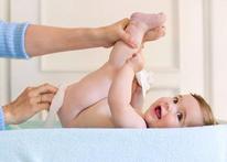 """Genitálias inchadas: O menino nasce com o saquinho beeeem inchado, e lá vai a família dizer que """"esse é macho""""! Na verdade, tanto meninos quanto meninas nascem com a genitália inchada por causa dos hormônios que estavam na corrente sanguínea da mãe. Com algumas semanas, tudo deve ficar proporcional ao tamanho do bebê. Imagem: Babycenter"""