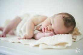 Bebê ronca: Você achava que era só seu marido? Nãããão. Recém-nascidos roncam dormindo e acordados. Fazem barulhos estranhos, já que o sistema respiratório e digestório está ainda em formação. Tanto é que os bebês conseguem mamar e respirar ao mesmo tempo. Mas se você perceber dificuldade para respirar, muitas golfadas de leite, coriza, fale com o pediatra. Imagem: Broke Images