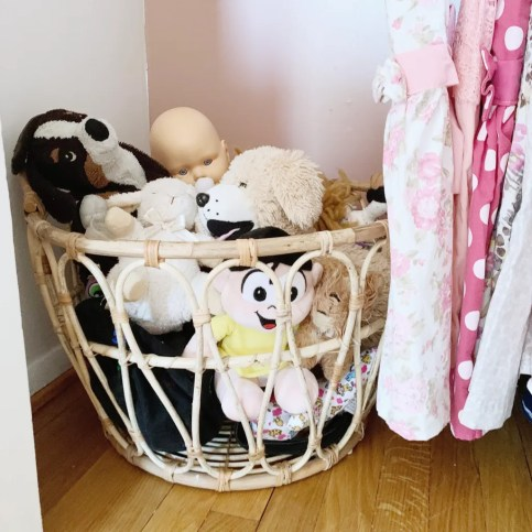 STYLED AND ORGANIZED LITTLE GIRL'S BEDROOM - toys organization