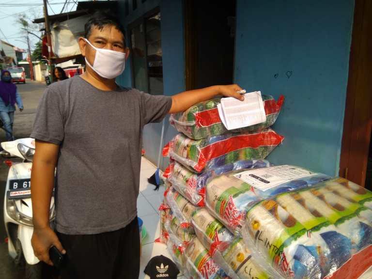 Warga Kelurahan Lubang Buaya Mendapat Bantuan Beras ke-3 dari Pemprov DKI Jakarta