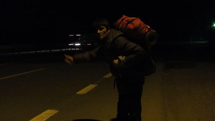 Seyahatte tecrübeli değilseniz gece tek başına otostoplu seyahati denemeyin. Kurt kapar sizi.