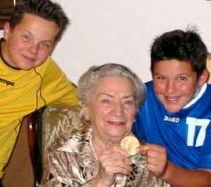 [Ottilie Grote-Fleischer kurz vor ihrem Tode 2005 mit ihren beiden Urenkeln und ihrer Goldmedaille, die sie irgendwie über den Krieg gerettet hat]
