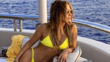 Jennifer Lopez incanta Capri: una sirena divina col bikini giallo