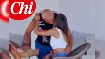 Eros Ramazzotti a Mykonos con Marta tra baci e divertimento in famiglia