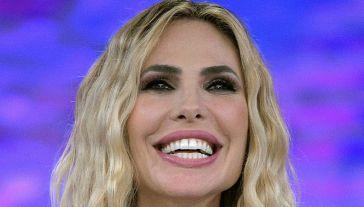 Star in the star, Ilary Blasi audace per la finale: osa con la scollatura (e vince)