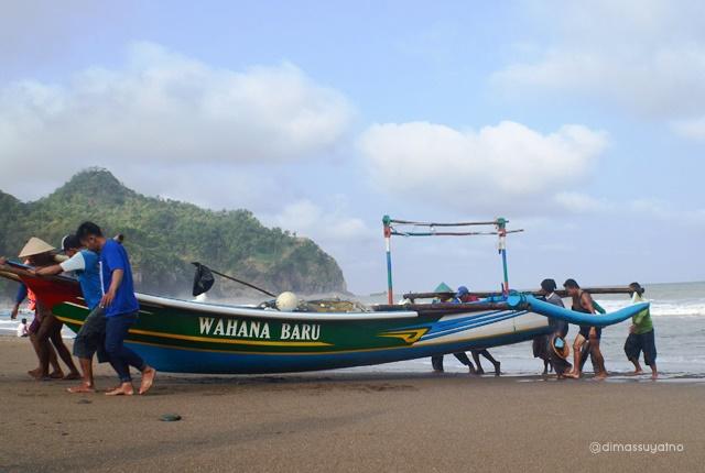 Nelayan di pantai Pasir