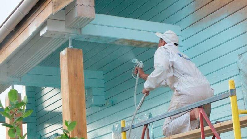покраска деревянного фасада распылителем
