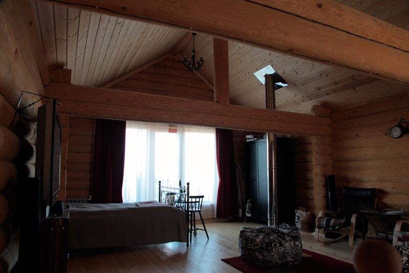 интерьер дома из рубленного бревна