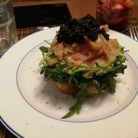Ensalada de rúcula con guacamole y salmón ahumado