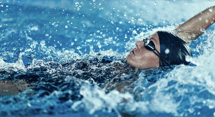 woman doing backstroke