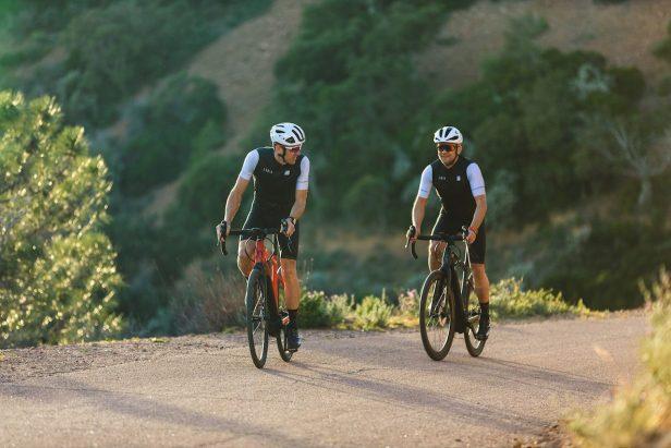 Cyclistes en montée avec des VAE Moustache Dimanche 28.7