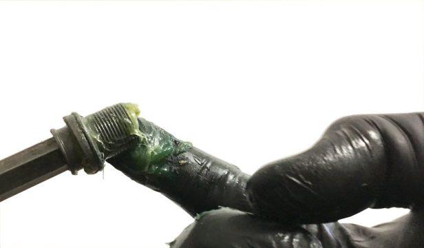 graissage boulon de fixation axe de pédalier