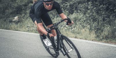 Cycliste avec les vêtements Black Mamba de Zero RH Plus