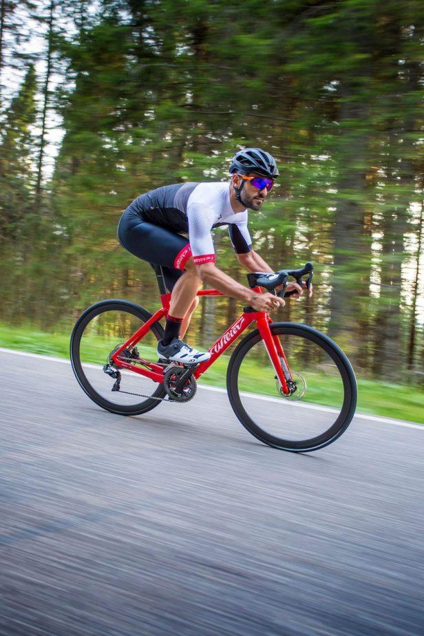 Cycliste en descente avec un Wilier Cento 10 Hybrid