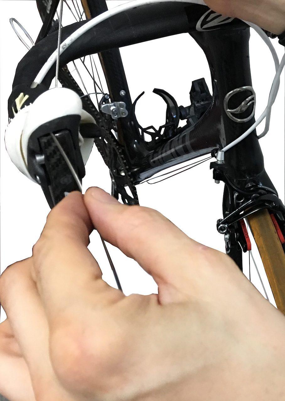 Passage du câble de frein dans le levier.