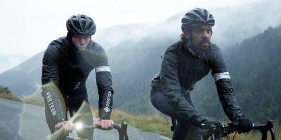 Deux cyclistes roulant sous la pluie