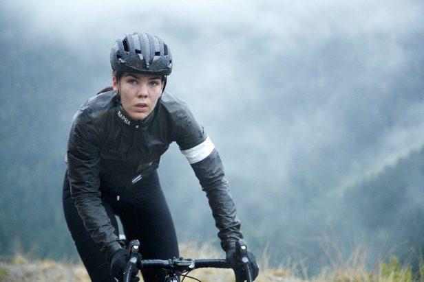 Cycliste féminine sous la pluie