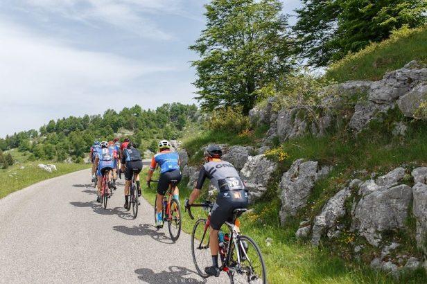 Cyclistes en montée en Italie.