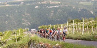 Cyclistes dans une côte en Italie