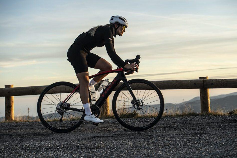 Cycliste féminine sur Trek Domane + LT