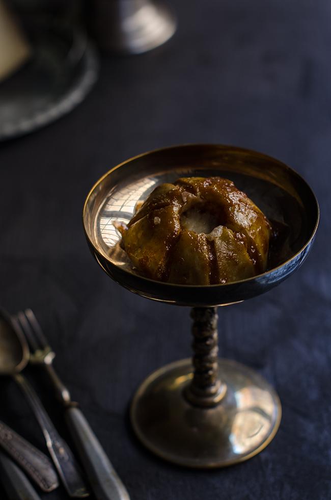 Manzana asada rellena de queso La Antigua y ciruelas al vino de Oporto