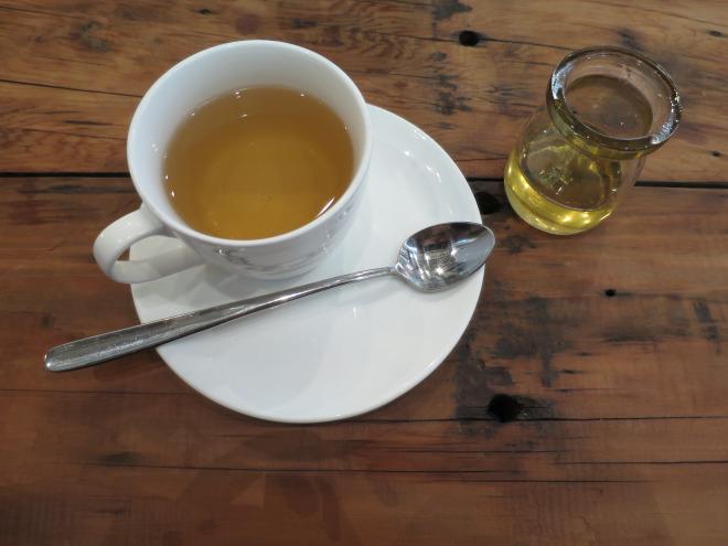 How to Enjoy Drinking Tea Alone