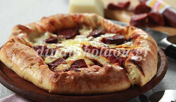 Πίτσα με σουτζούκι και βάση γεμιστή με κασέρι