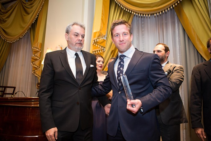 O  κος Κων/νος Βυθούλκας, ιδιοκτήτης του ξενοδοχείου Lesante Blu κατά τη βράβευσή του με τον Δ/οντα Σύμβουλο της HotelBrain κο Κωνσταντίνο Ζήκο
