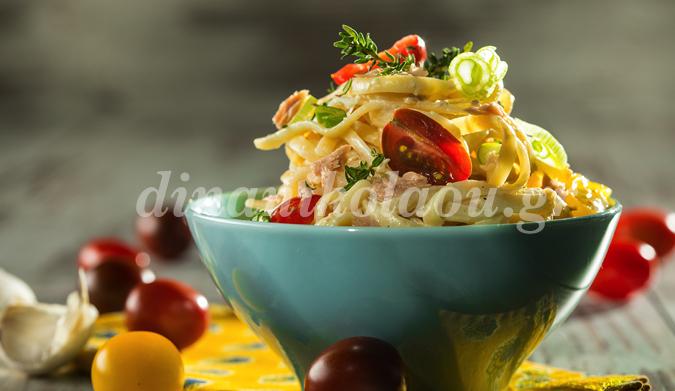 Λιγκουίνι με ωμή σάλτσα τόνου, γιαουρτιού-σκόρδου