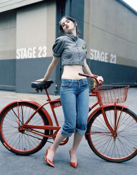 zooey-deschanel-red-heels-bike