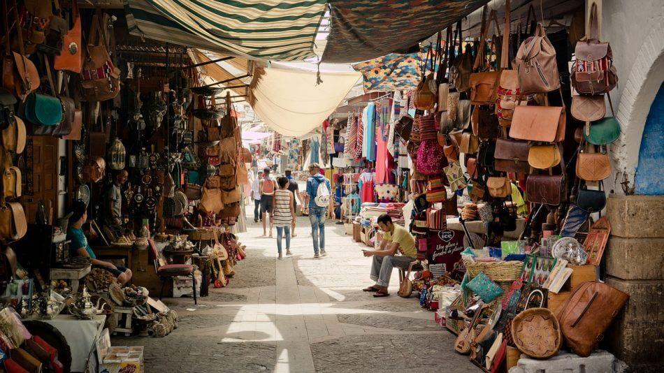 gambar pasar / jalanan pasar tempat orang berjualan tas, aksesoris, pakaian