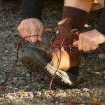 foto gambar orang sedang mengikat tali sepatu