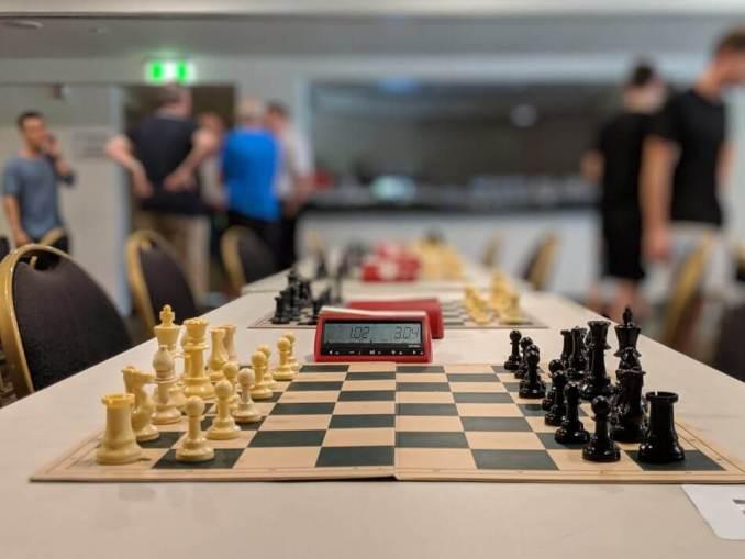 cara bermain catur dalam turnamen, ada papan catur berjejer lengkap dengan timer/ jam pemasa