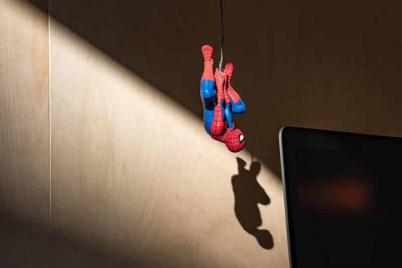 foto keren untuk profil whatsapp instagram telegram tiktok facebook line karakter kartun miniatur spider man menggantung seperti laba laba di dalam ruangan latar belakang tembok dan cahaya dari jendela