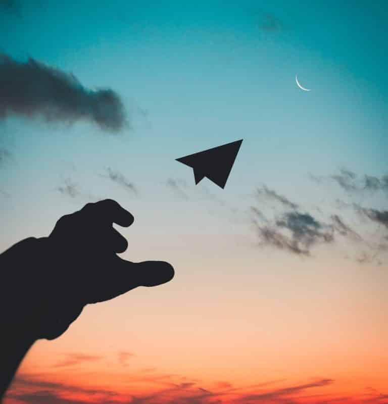 foto keren untuk profil whatsapp instagram telegram tiktok facebook line siluet tangan menerbangkan pesawat kertas di sore hari sunset