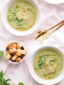 Zucchini, leek and basil soup with homemade croutons