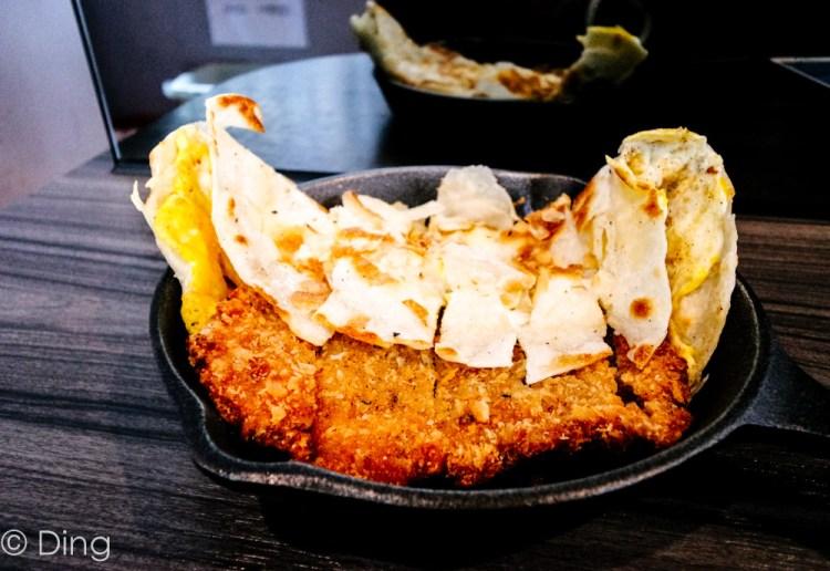 【台南東區早餐】東區衛國街鐵門早餐,有酥脆的鐵鍋蛋餅、特別的鐵板吐司,IG打卡常客。