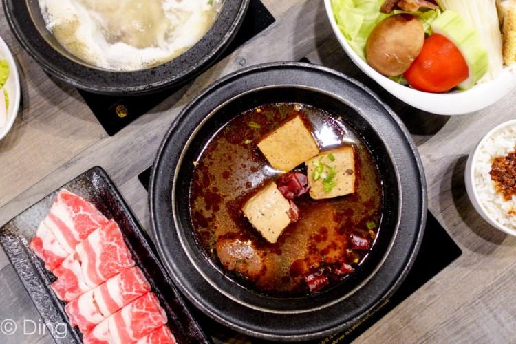 台南東區火鍋「石研室石頭火鍋」以實驗室元素為賣點,有桌邊服務現炒加湯火鍋,飲料無限量暢飲,以及六種不同風味的鍋物可選擇,好吃好玩又好拍!