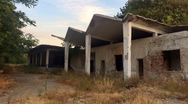 Moderne architectuur '50 '60sovjet, school mid century modern, beton, bulgarije