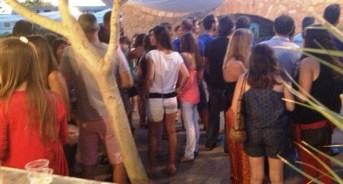 Quan recitava Amorós arribà una gernació de gent. Tres-centes persones s'aplegaren en el Pou Llavoner.