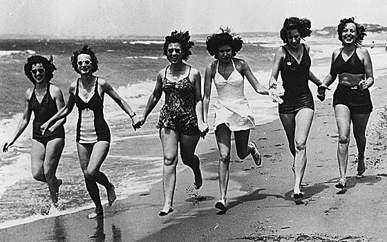 Women_in_Bathing_Suits_North_Africa_1944