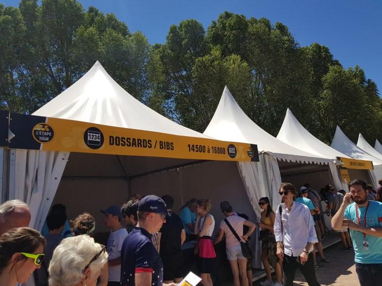 Etape du Tour 2017 - le retrait des dossards au village départ