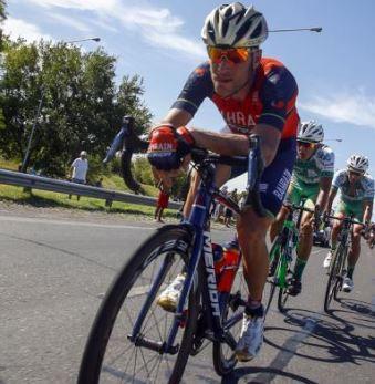 dingue de vélo - Vincezo Nibali - mains croisées avant bras posés sur le cintre